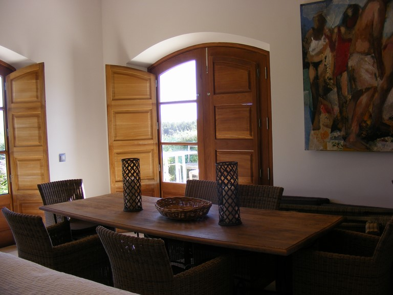 Dining area with tabel and 6 chairs