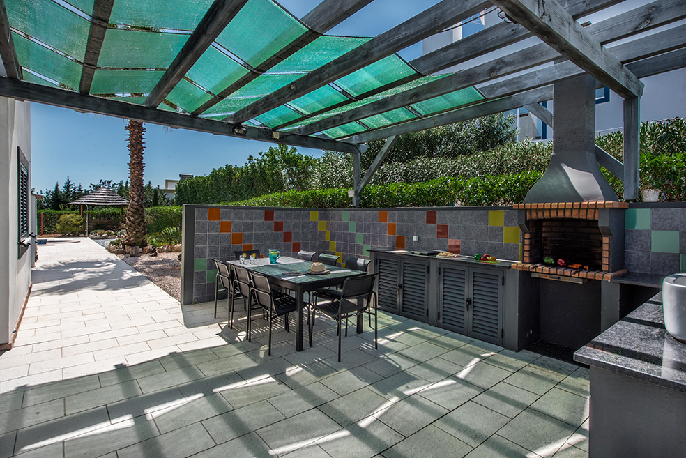 Ajacent to the kitchen you´ll find the BBQ area with fiited BBQ, with outdoor kitchen and table and chairs